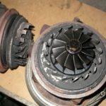 Симптомы неисправности турбины:Заклинивание изменяемой геометрии